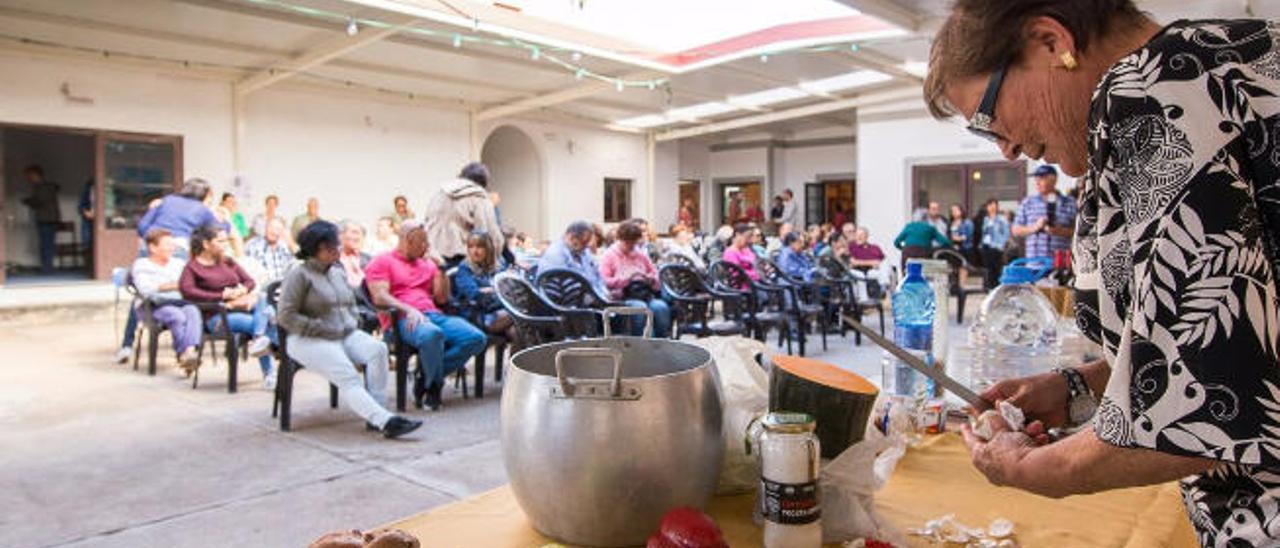 La cocinera y vecina de La Oliva elaboró el potaje de lentejas majoreras.