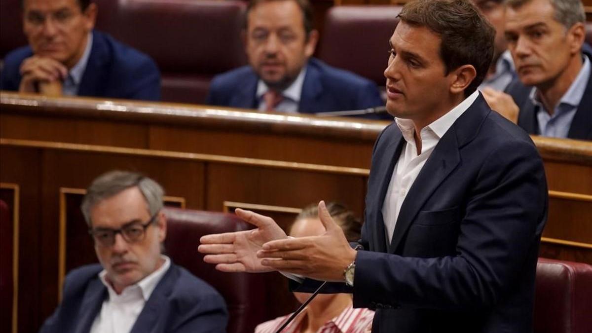 Rivera asegura que el Gobierno 'hace aguas y pide las comparecencias de Duque y Delgado