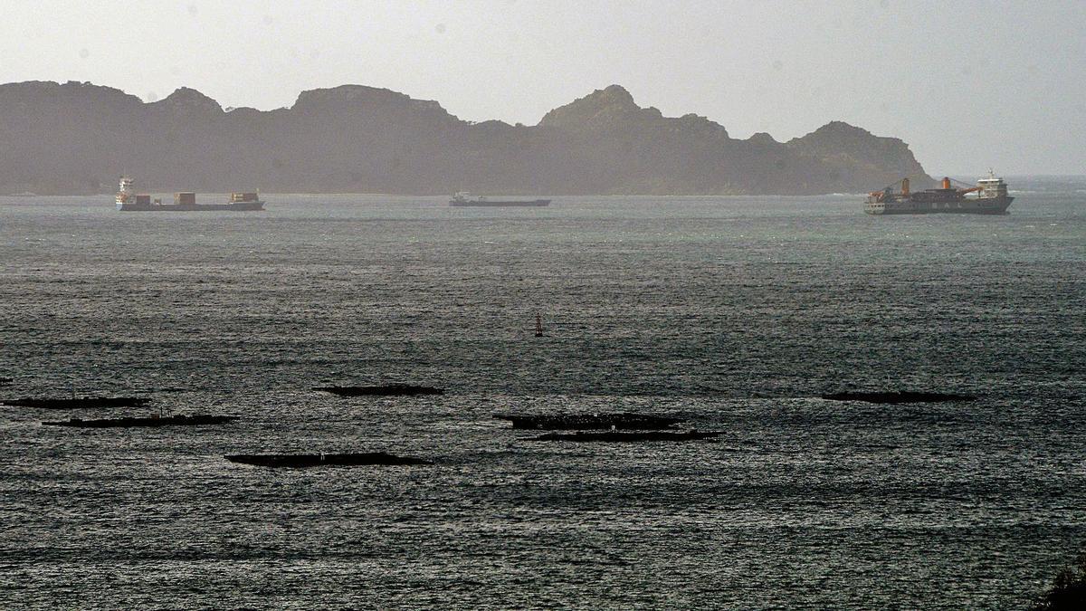 Algunos de los buques fondeados en las inmediaciones de Cíes. |   // GONZALO NÚÑEZ