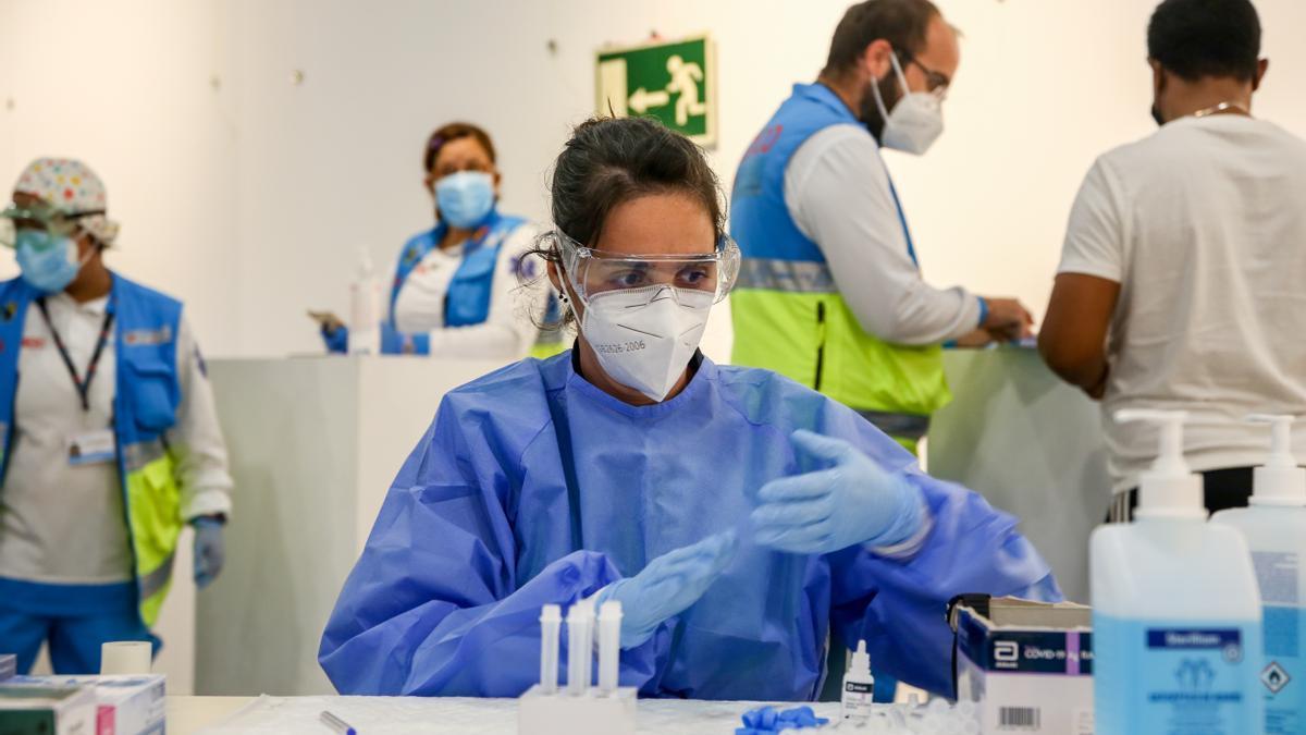 Una sanitaria trabaja en la realización de test de antígenos.