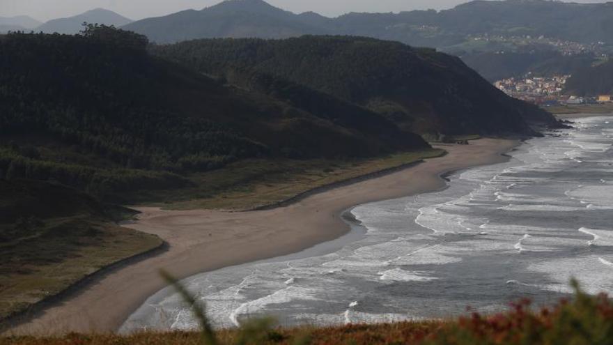 Los concejos costeros de la comarca, confiados en que se desarrollen al fin los parques-playa