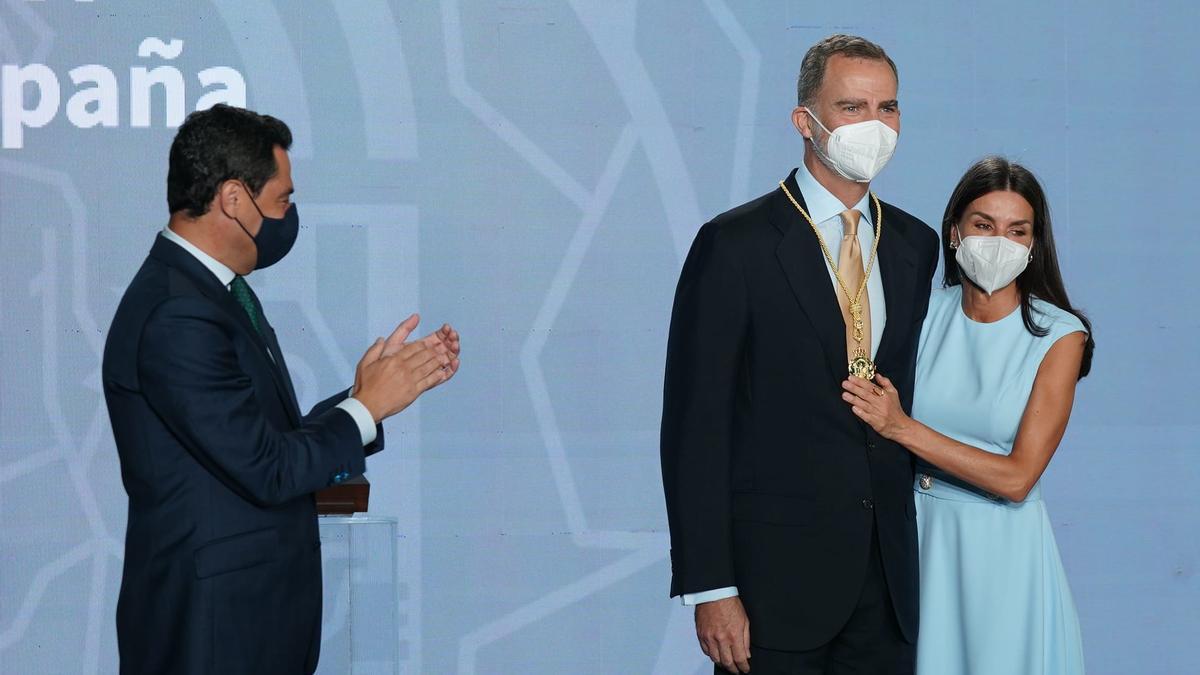 El rey Felipe VI recibe la Medalla de Honor de Andalucia de manos de Juanma Moreno, acompañado por la reina Letizia.