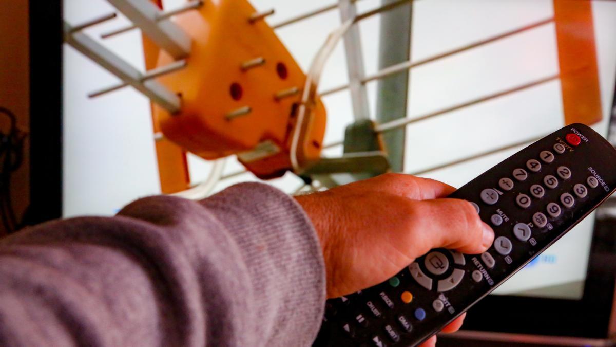 ¡Una persona utiliza su mando de la televisión para buscar canales, en Madrid (España), a 7 de octubre de 2020.
