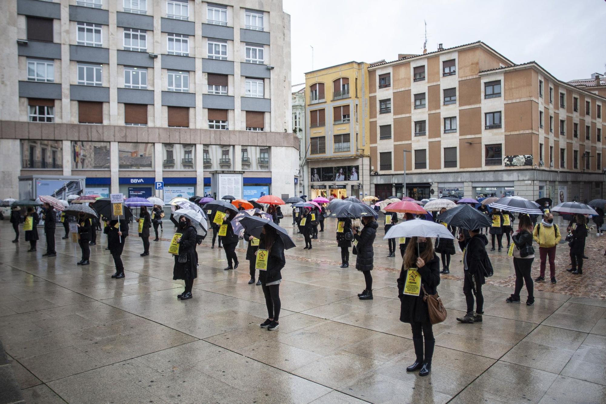 Concentración de las peluqueras de Zamora ante los efectos de la pandemia