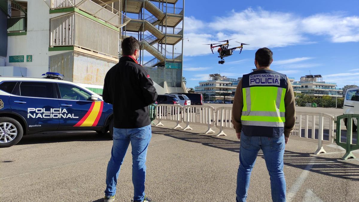 Dos policías volando un dron en el estadio Martínez Valero