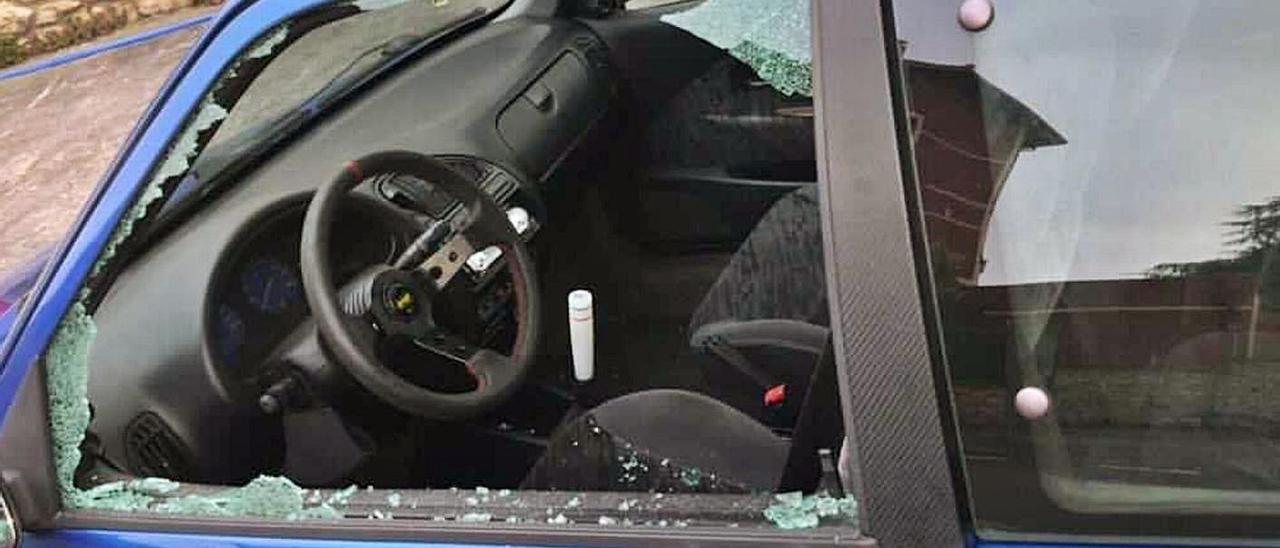 El coche dañado en Colombres.