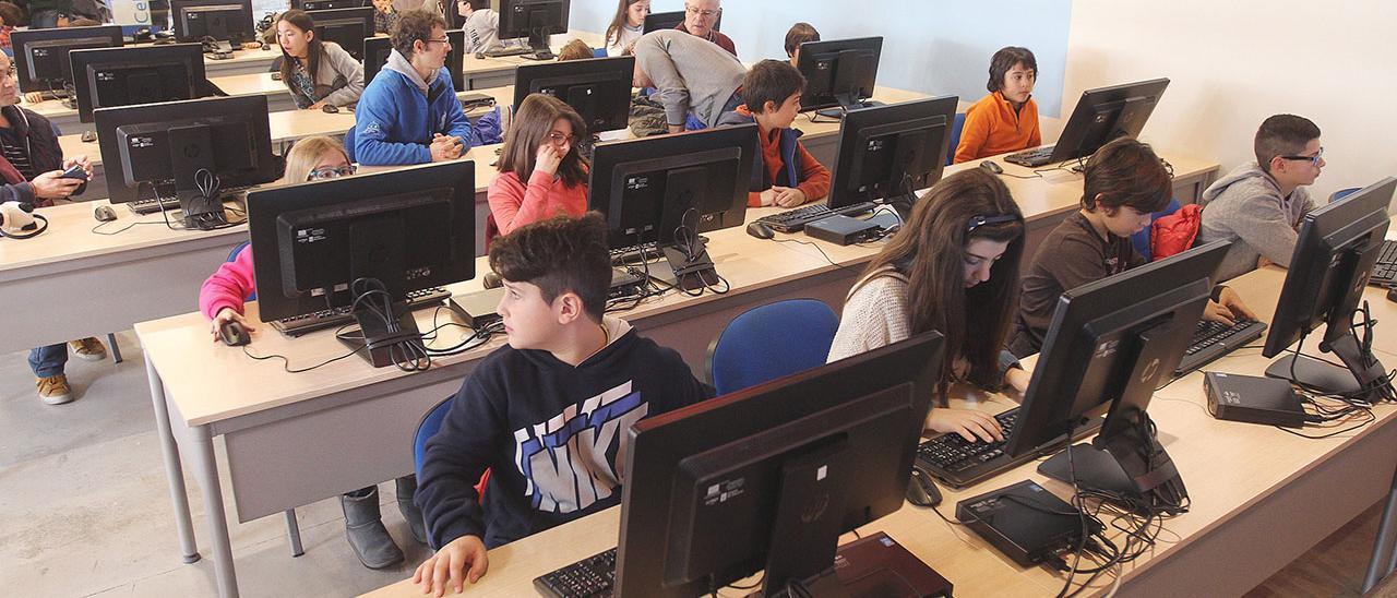 Imagen de archivo de niños en un aula de informática de la red Cemit