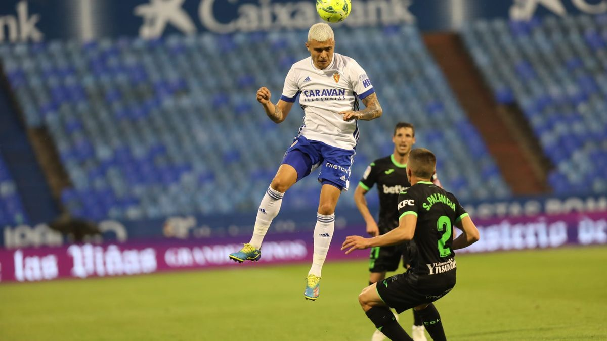 Juanjo Narváez gana de cabeza un balón ante el lateral del Leganés Palencia.