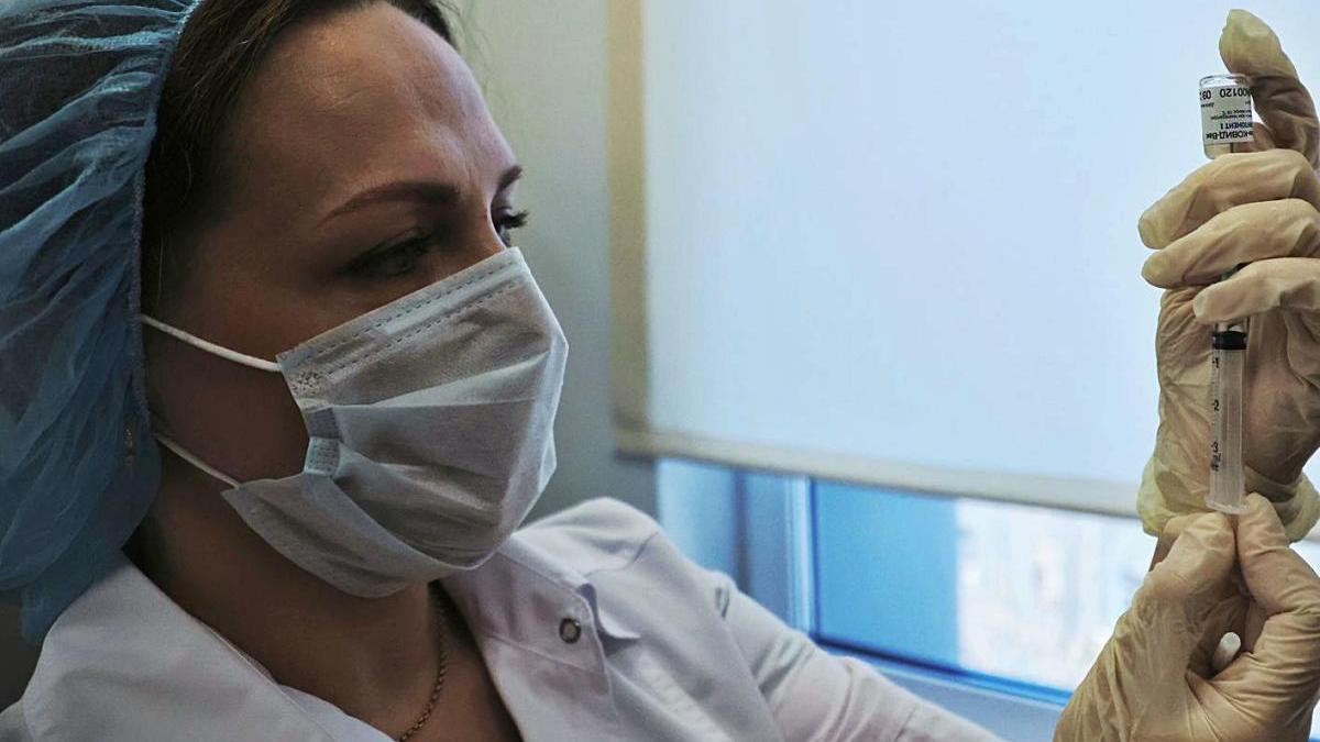 Una investigadora treballant en la vacuna Sputnik V