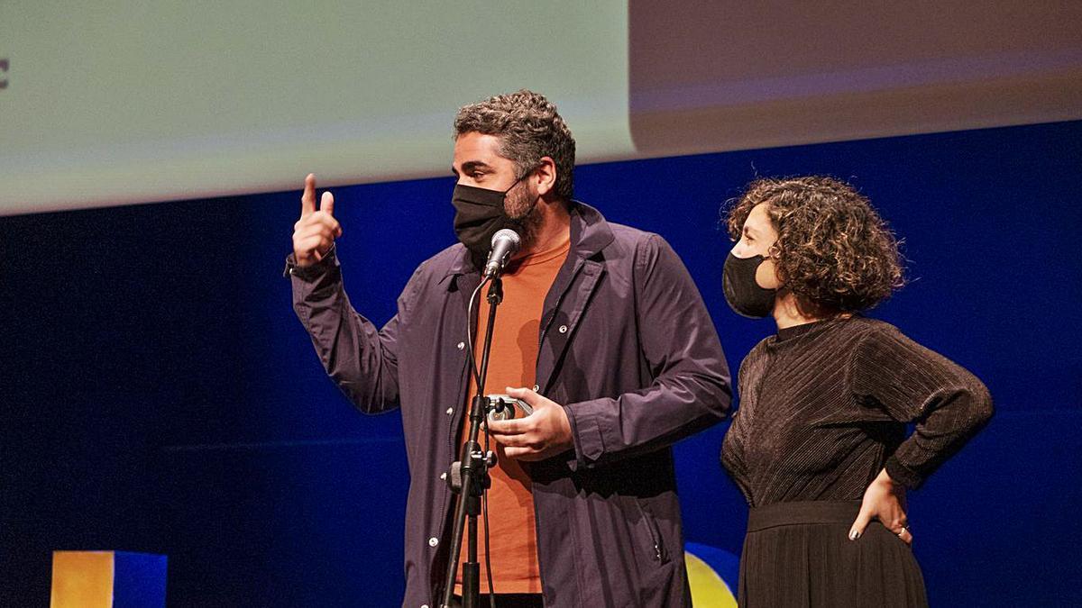 José Alayón y Marina Alberti, de El Viaje Film, recogen el galardón para 'Entre perro y lobo'