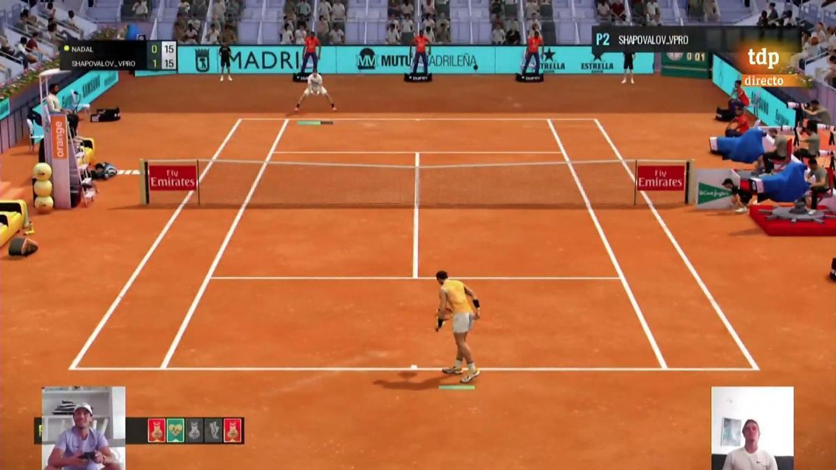 Nadal, a punto de sacar con su jugador en el partido virtual.