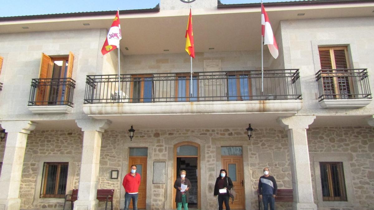 Javier Álvarez, Margarita García, Mª Jesús Domínguez y Eduardo Folgado (PSOE) antes del inicio del Pleno del Ayuntamiento de Villar del Buey.