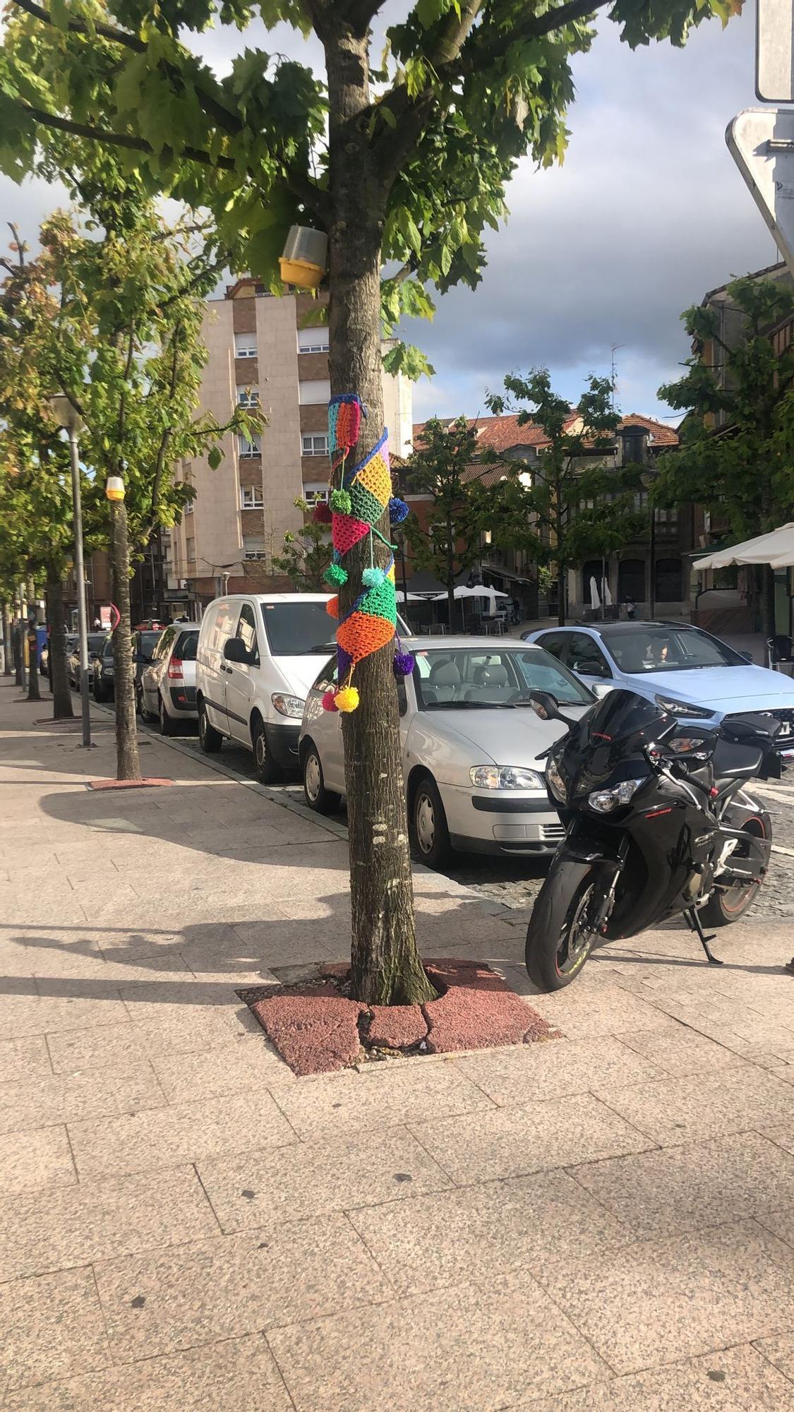 Sorpresa en Les Campes: amanece con decoración de ganchillo en bolardos, plazas y estatuas