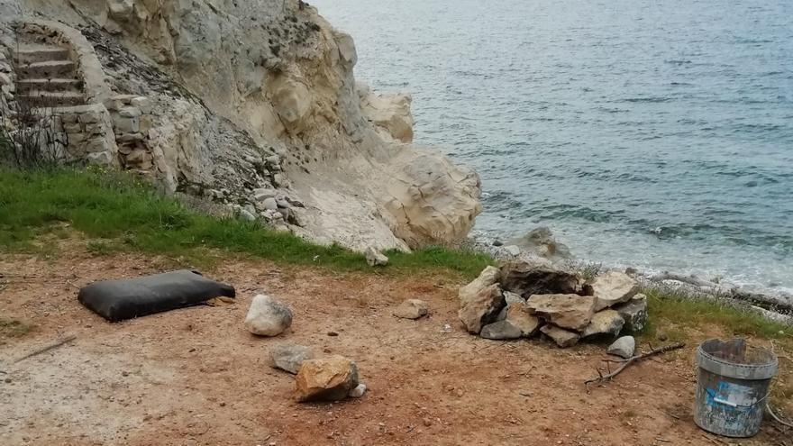 Prenden fogatas y acampan en la cala del Francés de Xàbia
