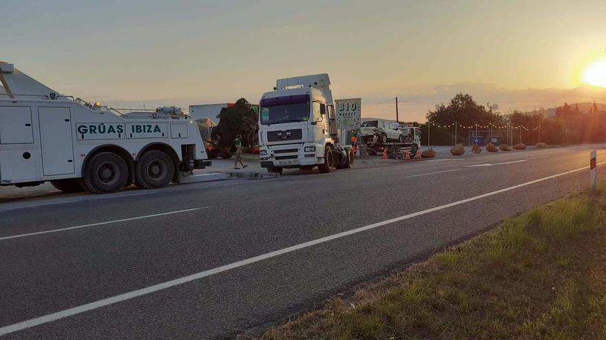 Una mujer queda atrapada en su coche en Ibiza tras chocar con un camión