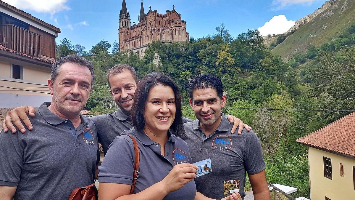 Juan Carlos Fernández, Félix González, Cristina Pérez y Alberto González, con las tarjetas de telefonía de su empresa.