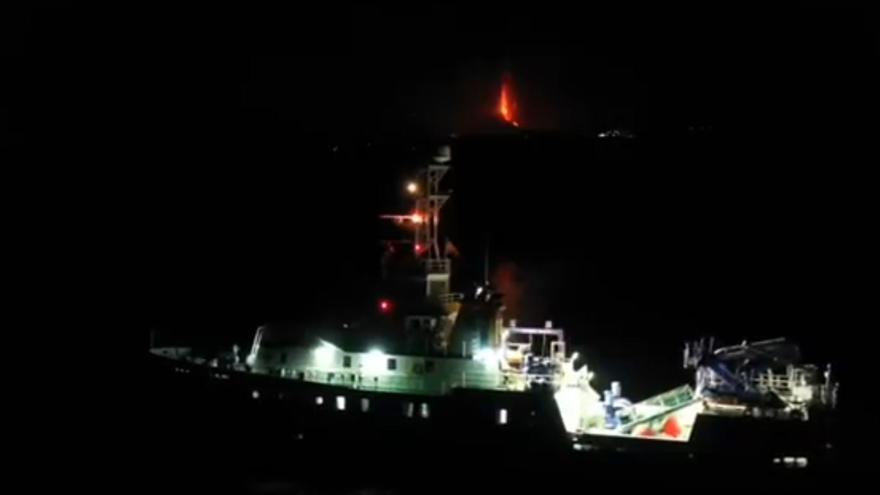 El volcán de La Palma visto desde el buque 'Ramón Margalef', del Instituto Español de Oceanografía