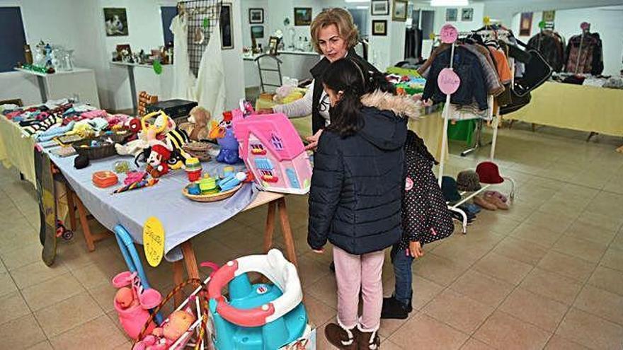 Cáritas abre un rastro en su economato para recaudar fondos para familias sin recursos