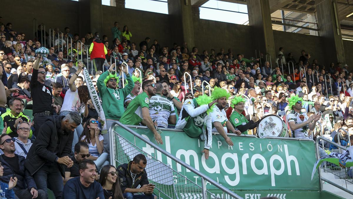"""Aficionados del Elche, con la peña """"Pelucas Verdes"""", durante el último partido que pudieron acudir al estadio"""