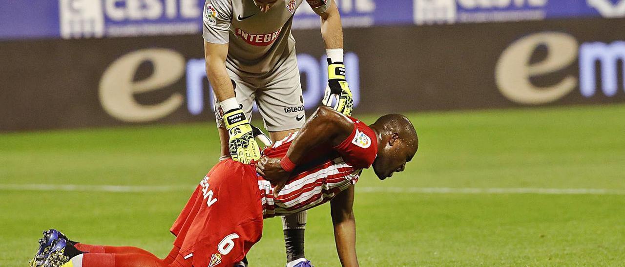 Mariño se interesa por Babin, tendido en el suelo por un golpe.