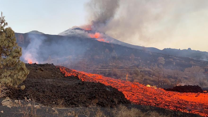 El flujo de lava continúa sobre la colada primigenia rellenando los huecos que se salvaron con las primeras lavas