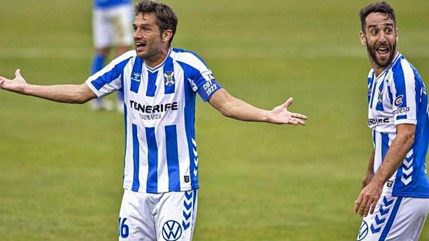 Aitor y Carlos Ruiz reclaman tras el gol anulado, ambos vieron tarjeta.     LALIGA