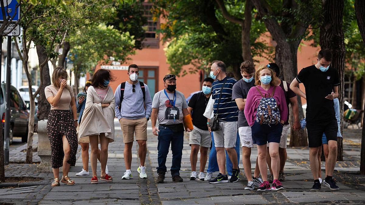 Un grupo de personas pasea por las calles de La Laguna.