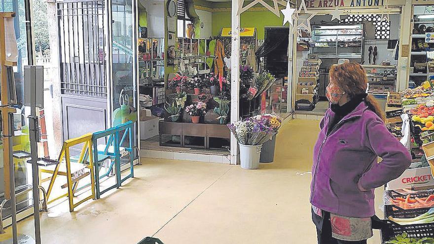 Malestar entre los vendedores del mercado de Redondela al obligarles a abrir solo una puerta