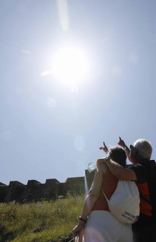 Una pareja, observando el eclipse parcial.