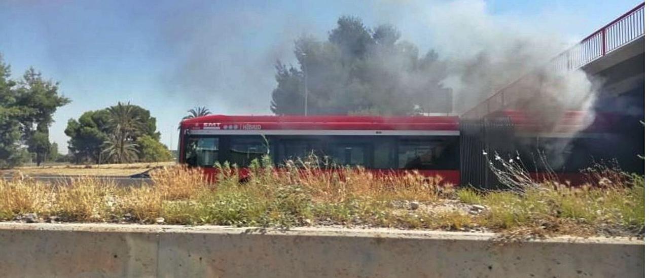 El incendio generó una gran columna de humo en la V-30.   LEVANTE-EMV