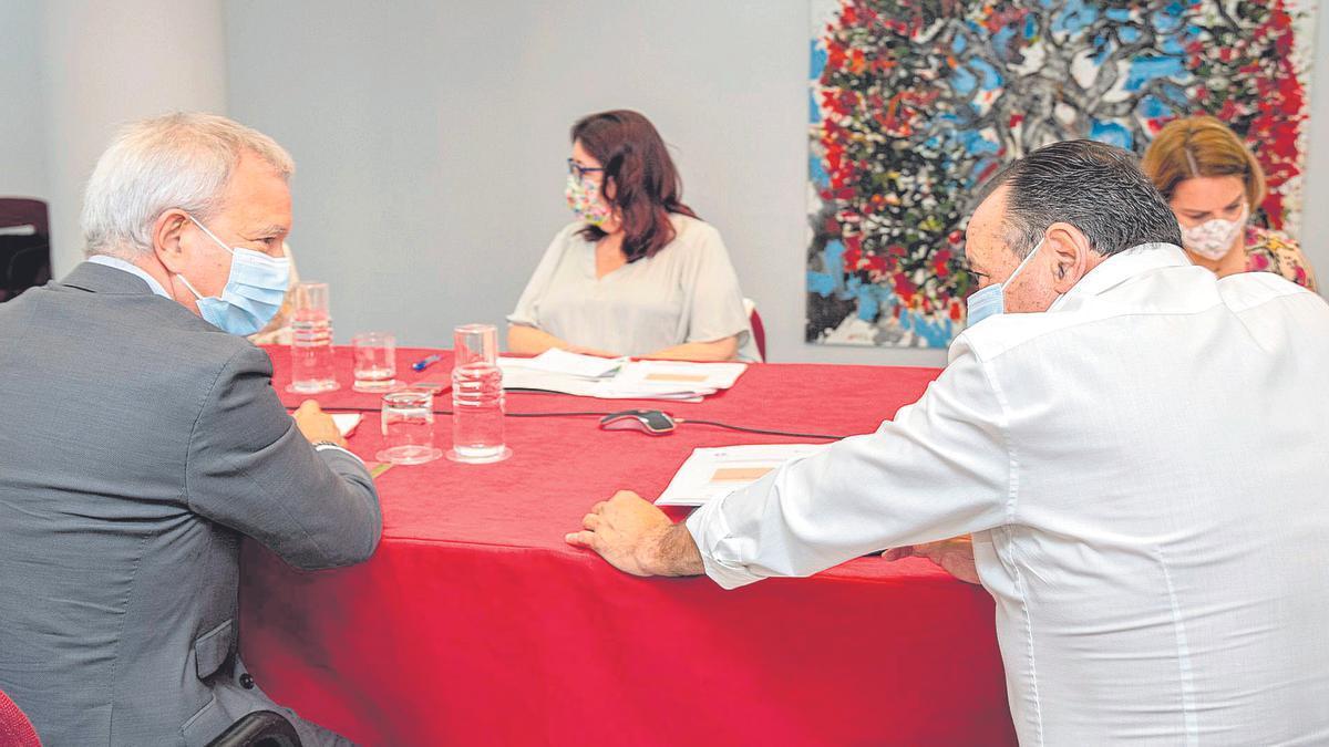 Blas Trujillo habla con Sebastián Franquis en el Consejo de Gobierno.