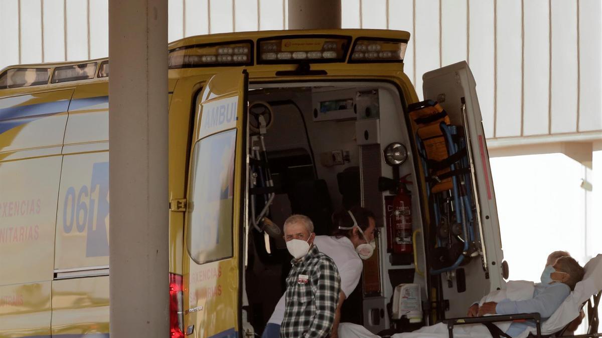 Un paciente con covid es trasladado en una ambulancia