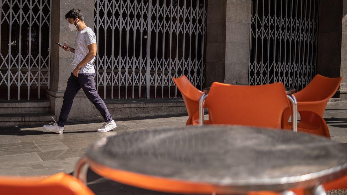 Un joven con mascarilla en Tenerife