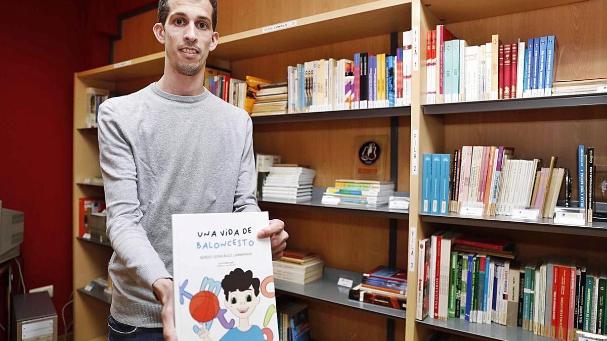 Sergio González, con un ejemplar de su libro, en la presentación en VIDE. |  // PABLO HERNÁNDEZ