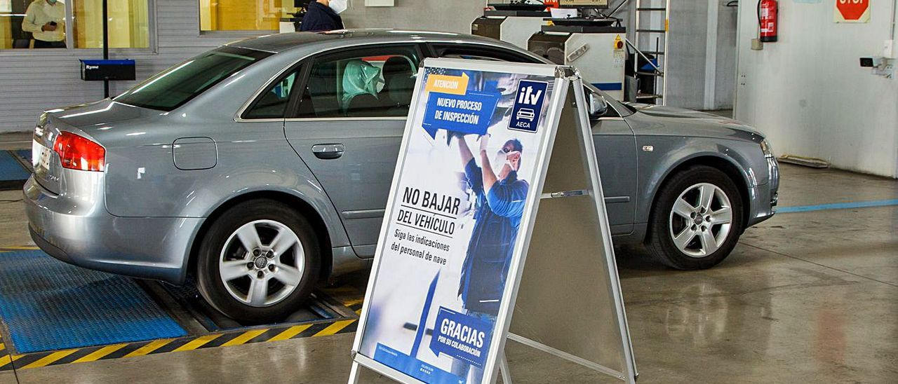 Un operario realiza la inspección técnica de un vehículo durante la pandemia