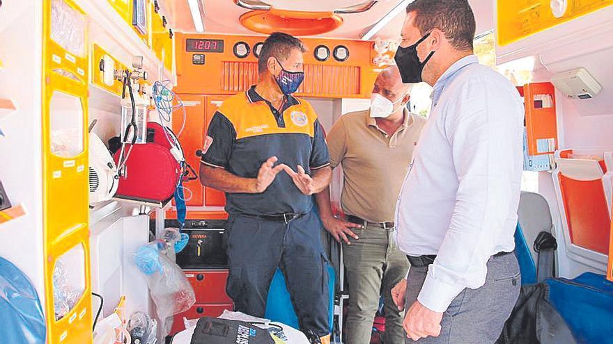 Protección Civil recibe una ambulancia de soporte vital básico valorada en 74.000 euros