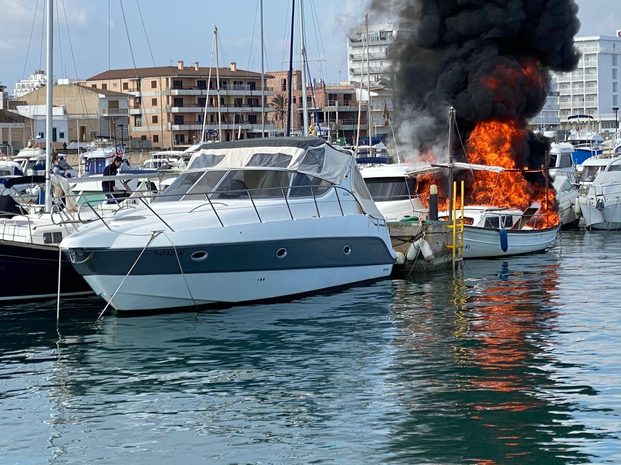 Un incendio destruye varios barcos atracados en el club náutico de Can Picafort