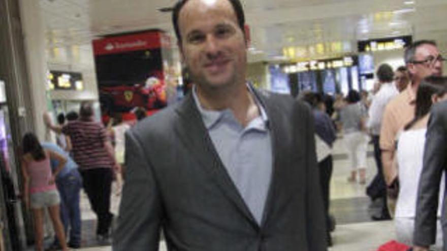 Mateu Lahoz arbitra en el aeropuerto