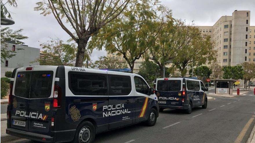 Un policía y un sanitario fuera de servicio salvan la vida a un hombre infartado en Alicante