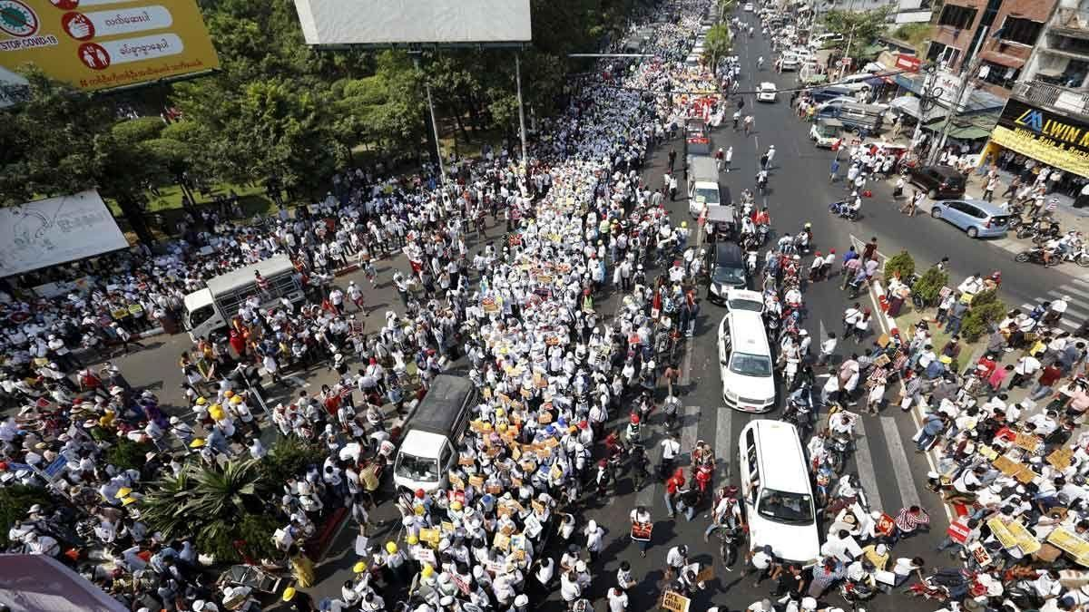 Protestas masivas durante la huelga tras los primeros muertos en Birmania