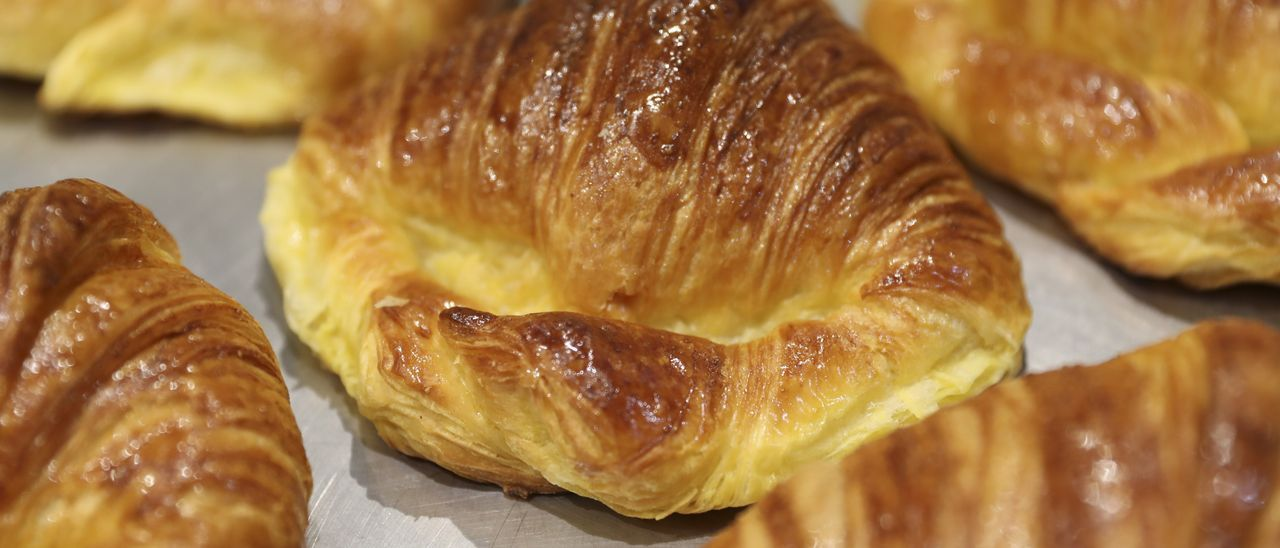 Croissants recién hechos en un obrador asturiano.