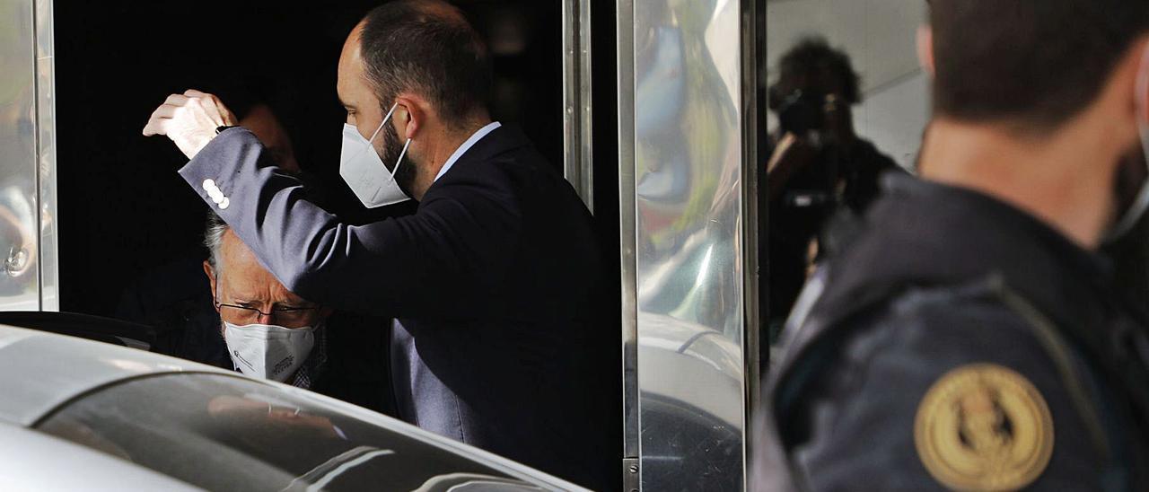 El ex vicealcalde de València, Alfonso Grau, abandona su vivienda tras nueve horas de registro.  | MIGUEL ÁNGEL MONTESINOS