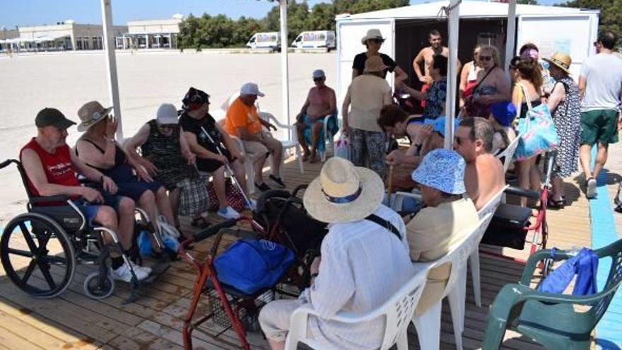 La playa de Pinedo recibe a las personas mayores