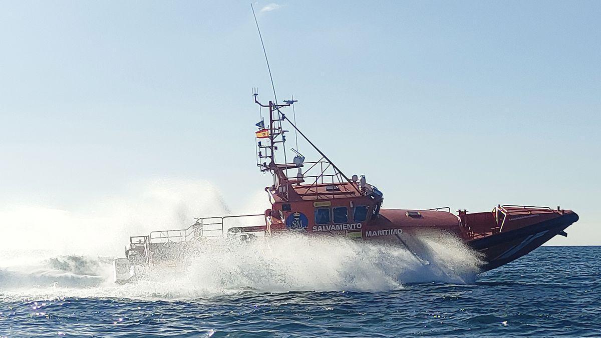 La Salvamar Macondo, que acude al rescate de una patera en alguas del sur de Gran Canaria.