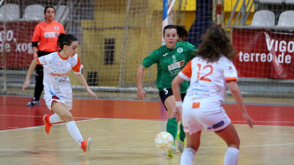 Laura Centeno conduce un balón durante un partido en As Travesas. // FdV