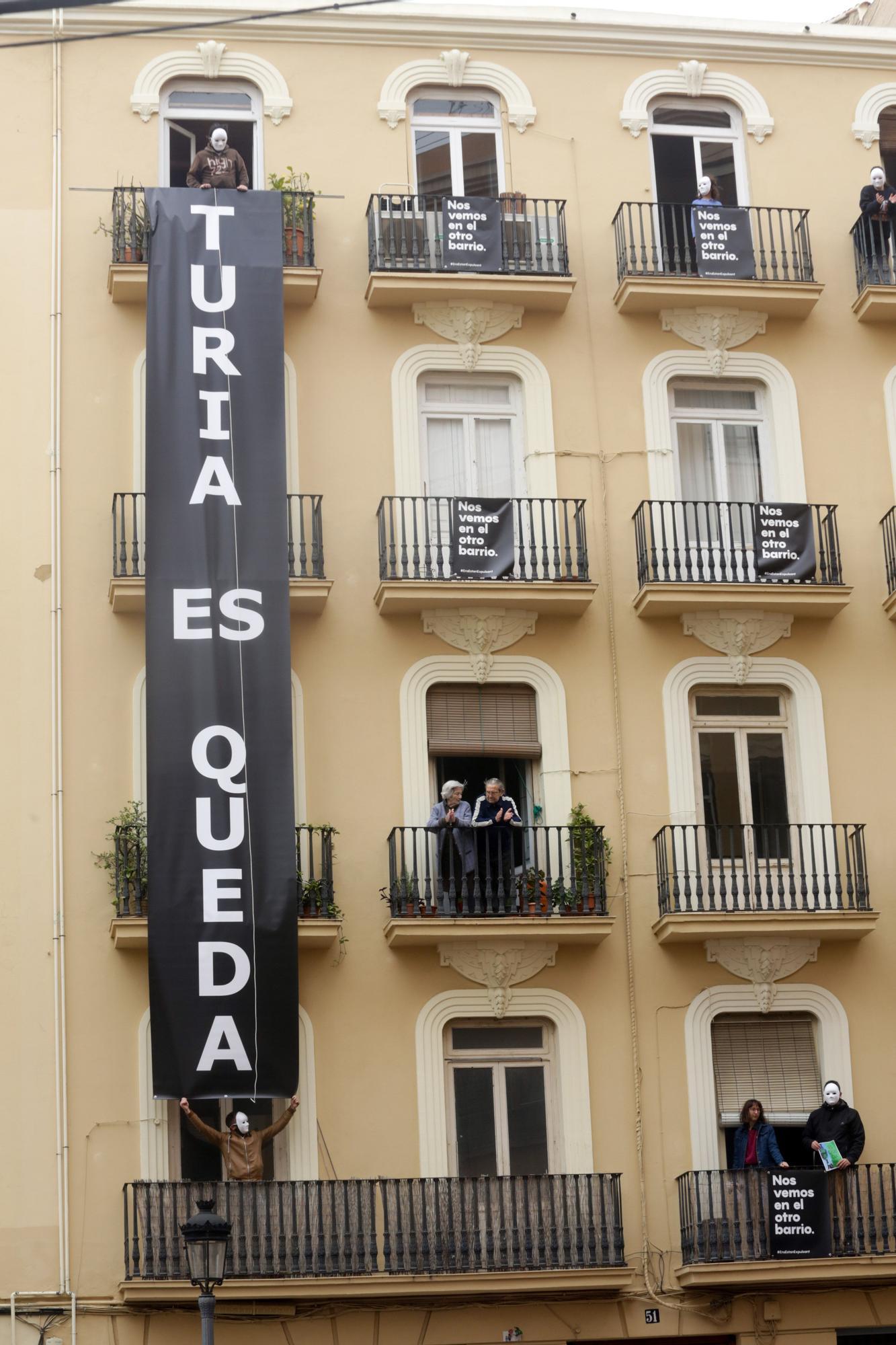 Protesta en la calle Turia ante el desahucio de 16 familias para construir apartamentos turísticos