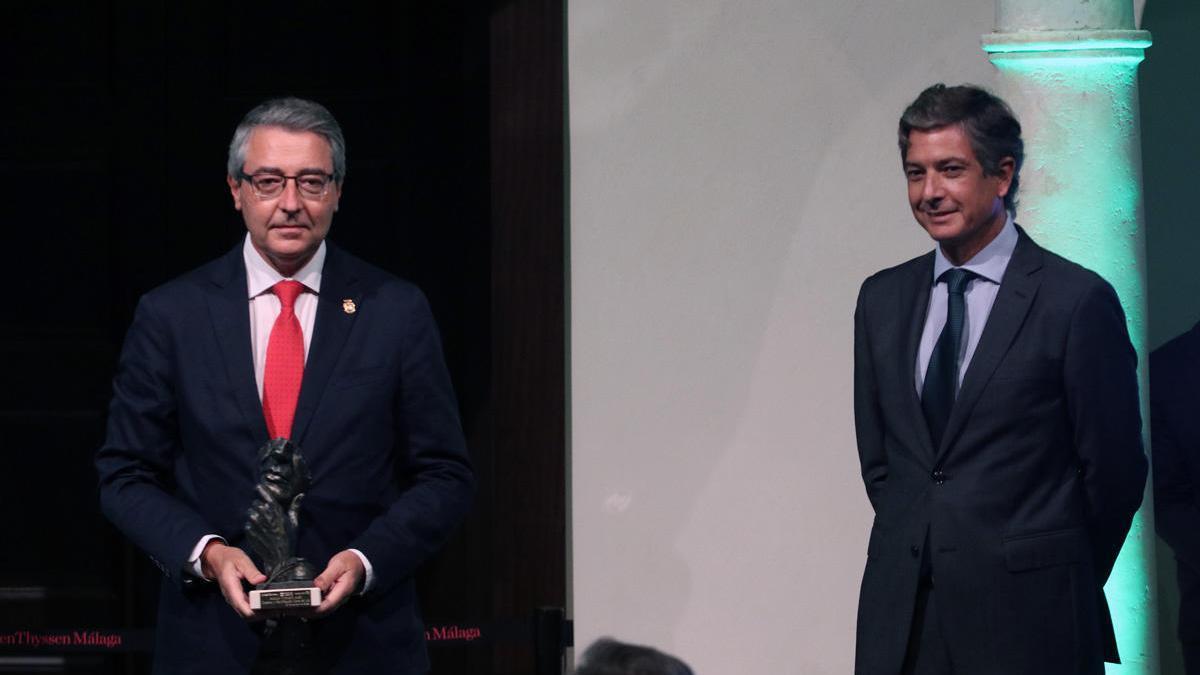 Francisco Salado, presidente de la Diputación de Málaga, recogió el Premio Turismo 2020 y estuvo acompañado en el estrado por José Ignacio Fernández de Jódar, director territorial de Aeda Homes.