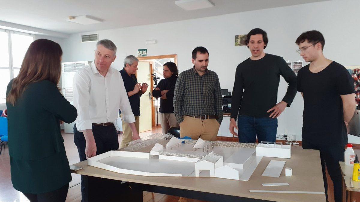 Arquitectos participantes en el Europan 15, junto al alcalde de Oliva.
