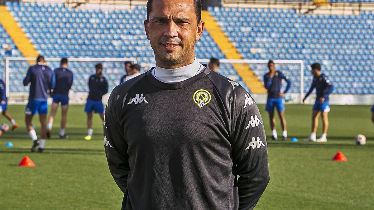 Alejandro Esteve, ayer en el Rico Pérez en su primer día como entrenador del Hércules. | HÉCTOR FUENTES