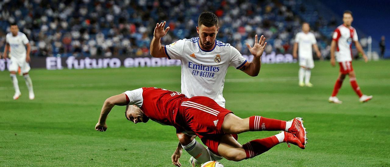 Javi Galán cae ante Hazard. |  // EMILIO NARANJO